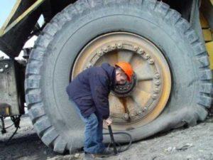 Грузовое спущенное колесо